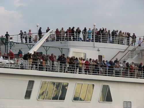 出航時、デッキの乗客