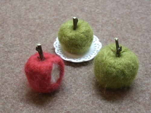 かじったリンゴと青リンゴ