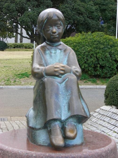 「赤い靴はいていた女の子」の像