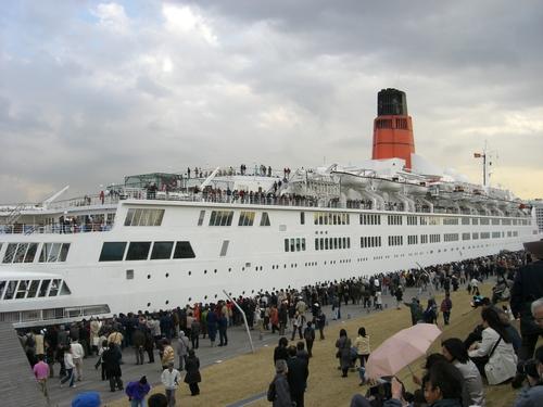 出航を待つ乗客と見物客