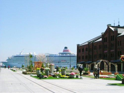 赤レンガ倉庫と飛鳥II